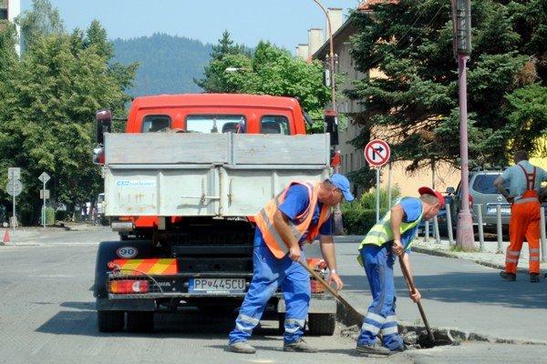 Práce na ceste. S asfaltovaním začali minulý štvrtok.