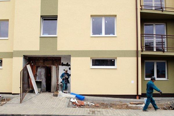 Za vodou. V lokalite je niekoľko vystavaných nájomných bytov. Pribudnúť majú ďalšie.