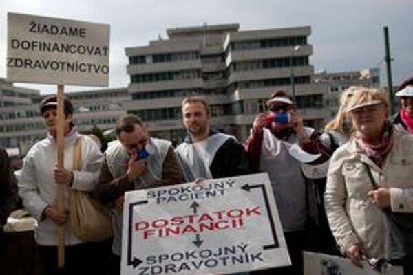 Zdravotníci protestovali pred ministerstvom aj prvého apríla.