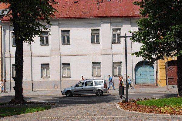 Námestie sv. Mikuláša č. 6. Mesto sa budovu chystá predať.