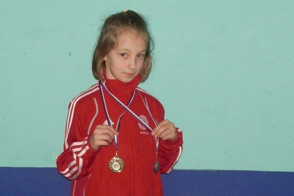 Deväťročná karatistka. Gabriela Kovalčíková z ŠKM-KK v Starej Ľubovni sa uź môže pýšiť úspechmi.