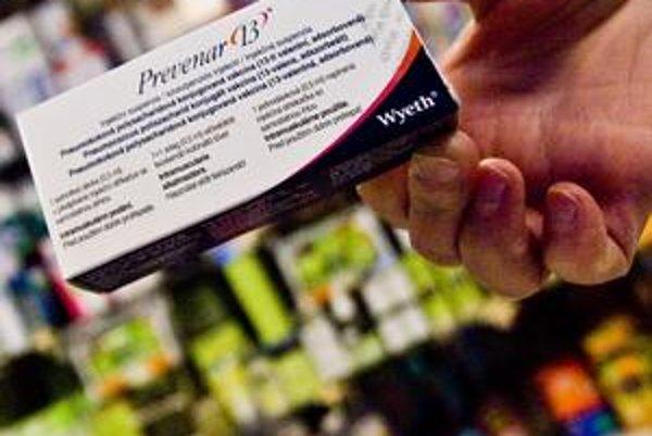 Vakcíne od firmy Pfizer hrozil doplatok už koncom minulého roka. O  žiadosti firmy, aby sa z verejných peňazí platili aj dve nové balenia  vakcíny, rozhodlo ministerstvo veľmi rýchlo.