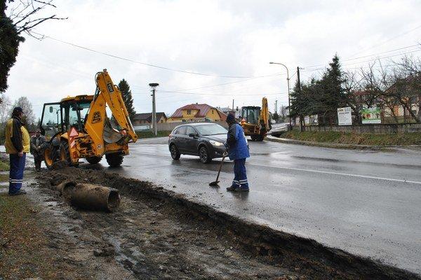 Budovanie nového chodníka. Práce na chodníku pokračujú aj v daždi.