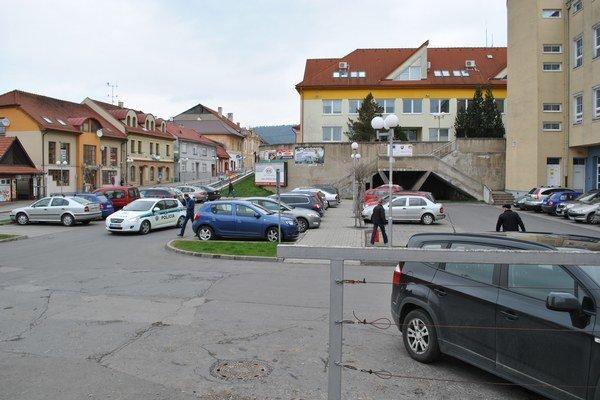 Parkovisko na námestí. Býva často plne obsadené.