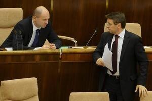 Šéf SaS Sulík chcel živnostníkom zrušiť povinné minimálne odvody a zaviesť paušál vo výške životného minima. Ministra financií Mikloša minimálne prvý návrh  nepresvedčil.