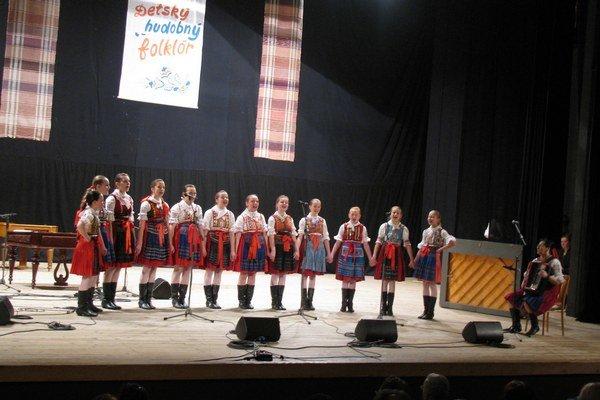 Spevácky súbor Jastrabček bol ocenený zlatým pásmom.