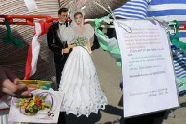Popis požiadaviek. Na tejto bráne pre mladého ženícha je napísané: Ak chceš nevestu z Kolačkova, musíš nám za ňu odchodné (príchodné) dať. Sto eur, fľašu pálenky a koláče.