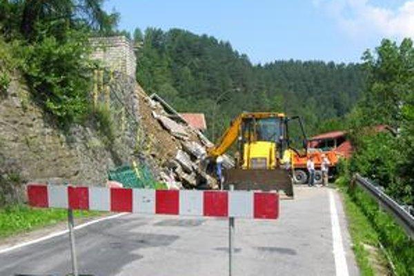 Havária. Múr spadol ešte pred Piwnicznou. Prejazd nebol možný.