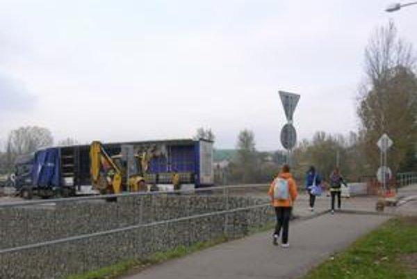 Každodenný ruch. Práce na stavbe môžu stovky ľudí sledovať dennodenne. Okolo totiž vedie chodník na železničnú i autobusovú stanicu.