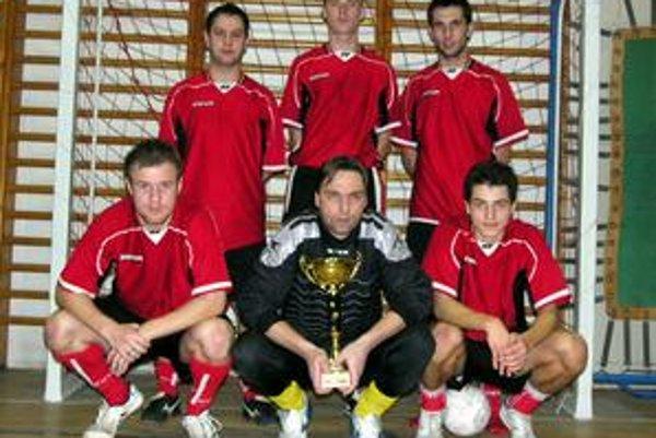 Víťaz turnaja. Dole zľava Kamil Karaš, Ondrej Dulin, Lukáš Janič. Hore zľava Vladimír Kolcun, Stano Hricko, Ján Pavlišin.