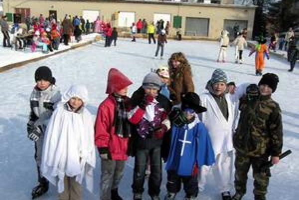 Masky na ľade. Karneval bol aj pre týchto chlapcov zážitkom.