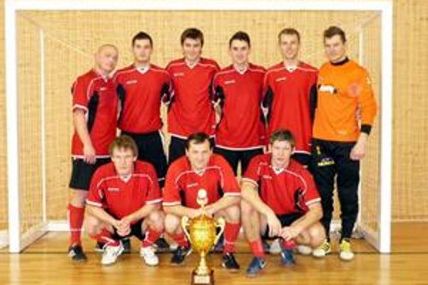 Zaslúžená trofej. Pre víťazov 2. ročníka futsalovej ligy v rukách kolektívu Tiama.