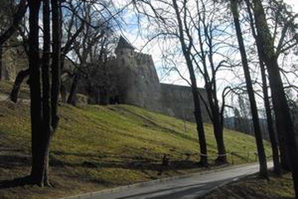 Hrad Ľubovňa. Pýcha mesta i regiónu. Počas letnej sezóny si k nemu budú môcť turisti vyšliapať po novej asfaltke.