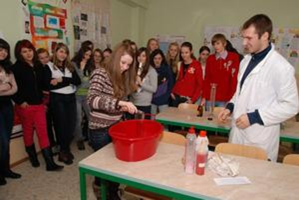 Zaujímavé pokusy. Odohrávajú sa v chemickom laboratóriu.