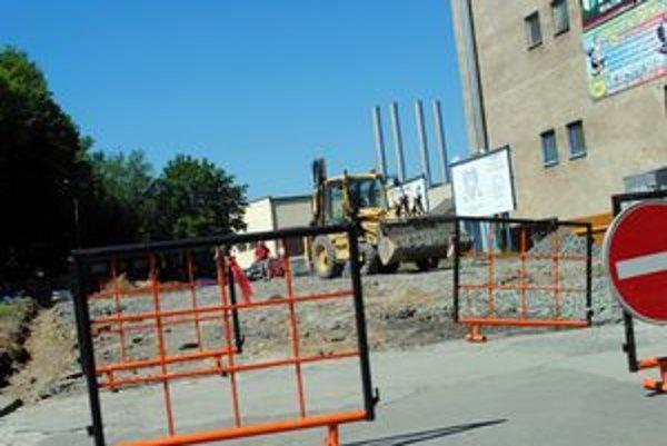 Na parkovisku pred poštou sa počas dňa prestrieda azda najviac áut. V týchto dňoch ho obsadili stavebníci.