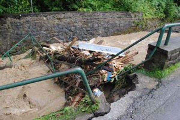 Strhnutý most. Voda ho zničila, v čase záplav schovala aj prítok známej minerálky.