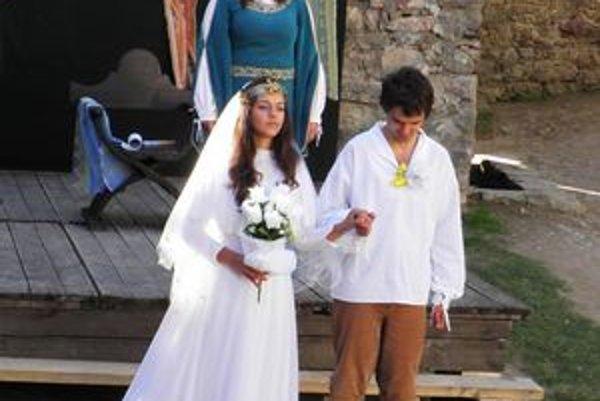 Kráľovská svadba na hrade. Kráľovná vydáva svoju jedinú dcéru.