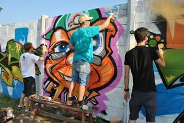 Sprejeri pri práci. Umenie ulice je náročné na čas.