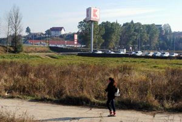 Nové centrum má vyrásť na tejto ploche. Pohľad je situovaný od rieky Poprad.