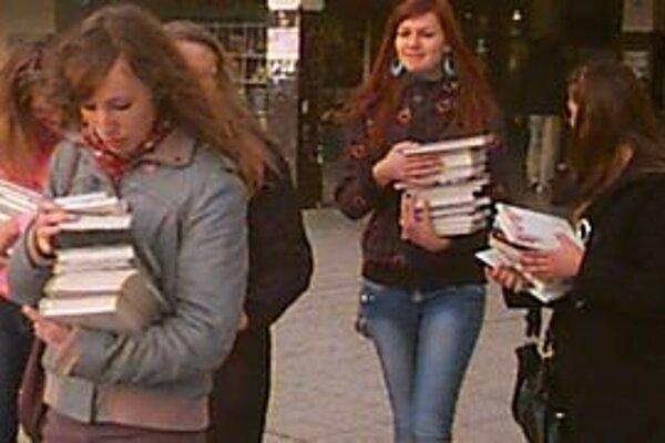 Študenti. Rozdali v mestských uliciach päťsto rozmanitých kníh.