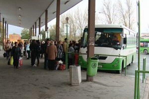 Autobusová stanica. Je preplnená najmä ráno a popoludní.