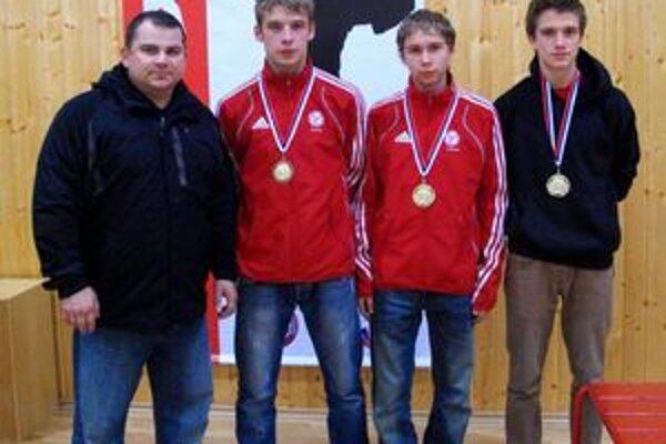 Slovenský pohár seniorov Banská Bystrica. Zľava: tréner F. Vorobeľ, R. Karabinoš, J. Kaleta, S. Truska.
