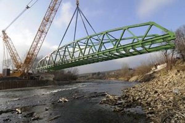 Oceľovú konštrukciu nového mosta cez rieku Poprad položili 29. novembra 2011 na betónové piliere v obci Orlov.
