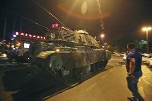 Tanky sú v uliciach tureckých miest.