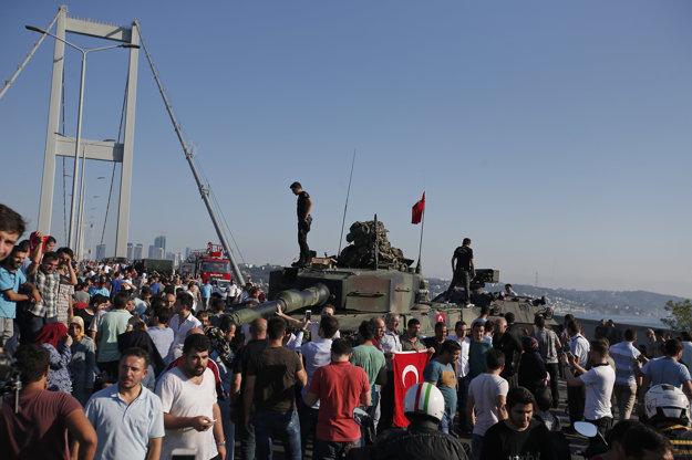 Ľudia obklopili vojenskú techniku na moste cez Bospor.