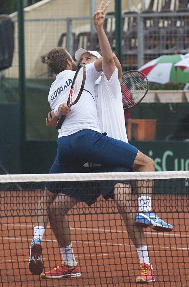 Slovenskí tenisti sa tešia z postupu po štvorhre.