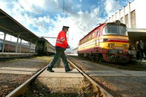 Železničné firmy plánovali prepustiť až štyritisíc ľudí. Niektoré premiérku varovali aj pred možným krachom. Prepúšťanie a rušenie tratí sa ale nateraz odkladá, kým ozdravný plán neschváli vláda.