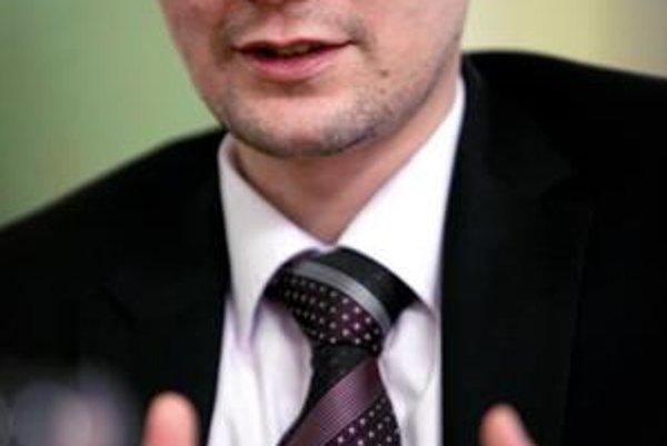Dlhoročný šéfredaktor týždenníka TREND prišiel koncom minulého roka do SME, kde písal predovšetkým ekonomické komentáre. Krátko po júnových voľbách prijal ponuku Ivety Radičovej a stal sa jej hovorcom a poradcom.