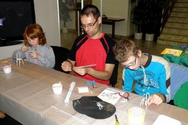 V Hornonitrianskom múzeu deti tvorili s Jánom Vingárikom modely stoličiek.