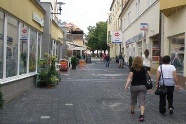 Na Moyzesovej ulici v Prievidzi mesto vymení dlažbu.