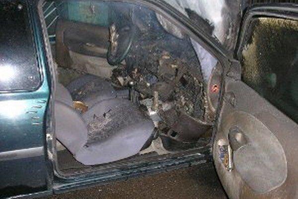 Vnútro vozidla po uhasení ohňa.