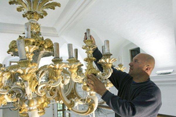 Unikátny luster montuje reštaurátor Albín Okša.