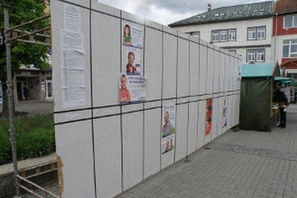 Strany a hnutia využili plagátovacie plochy málo.