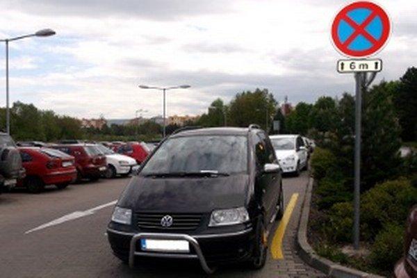 Autá často parkujú aj tam, kde nemajú.