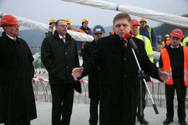 Keby pravicové strany prevzali vládu, výstavba diaľnic bude ohrozená. Myslí si to premiér Robert Fico. Súčasná opozícia tvrdí, že chce stavať, ale rozumne.