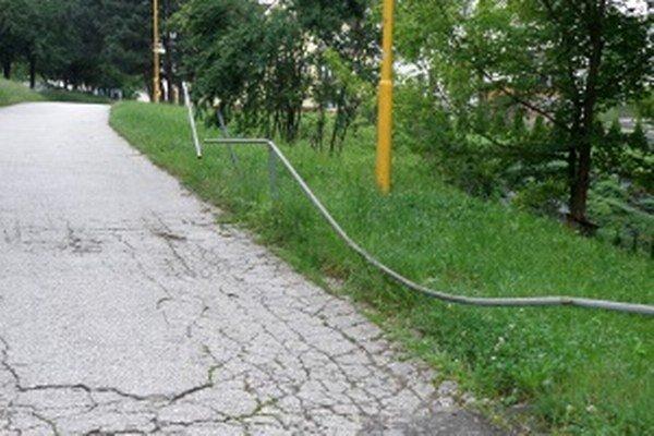 Poškodené zábradlie je pre chodcov nebezpečné.
