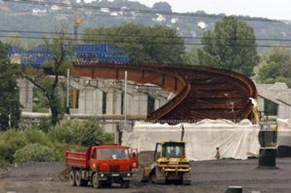 Diaľnica cez Žilinu mala byť hotová do roku 2014. Ak sa tender zruší, termín sa asi posunie.