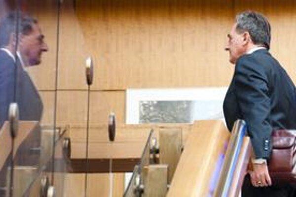 Minister životného prostredia Jozef Medveď stále nepovedal, ako vyrieši emisnú kauzu.