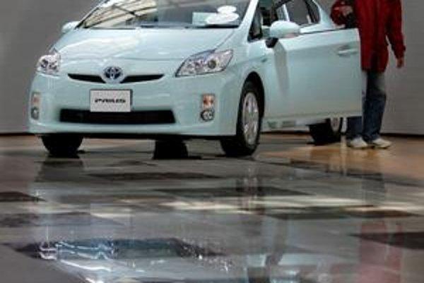 Toyota preverí chyby v brzdnom systéme jej hybridného modelu Prius.