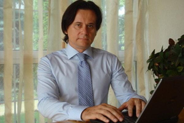 JUDr. Juraj Bizoň má 46 rokov a narodil sa v Púchove. Právo študoval na Univerzite Komenského v Bratislave. V roku 1986 mu bol priznaný titul doktor práv. Od roku 1986 do roku 1991 vykonával právnu prax ako sudca na Okresných súdoch v Bratislave a v Nitre