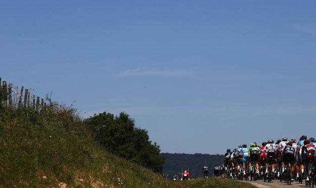 Cyklisti na trati šestnástej etapy Tour de France.