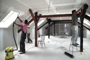 Vzácne trámy treba pred maľovaním zafóliovať.