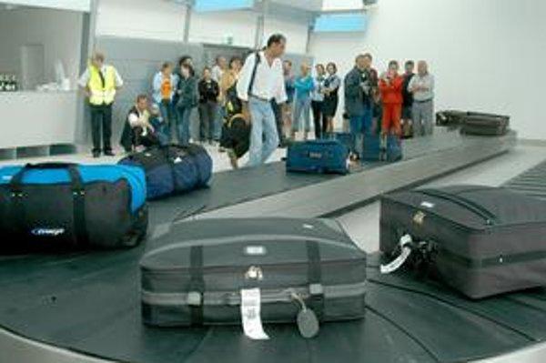 Niektorí cestujúci čakali na odbavenie aj päť hodín.