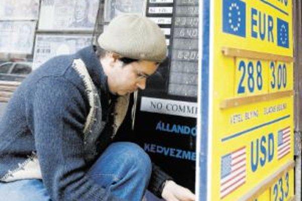 Ak nezoženiete forinty v banke, môžete si ich kúpiť v zmenárňach v Maďarsku.