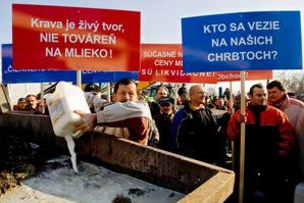 Začiatkom decembra protestovali prvovýrobcovia mlieka proti nízkym výkupným cenám mlieka jeho vylievaním do hnoja pred závodom spoločnosti Rajo v Bratislave. Ich situáciu chce  teraz vyriešiť minister pôdohospodárstva Stanislav Becík nulovými maržami.