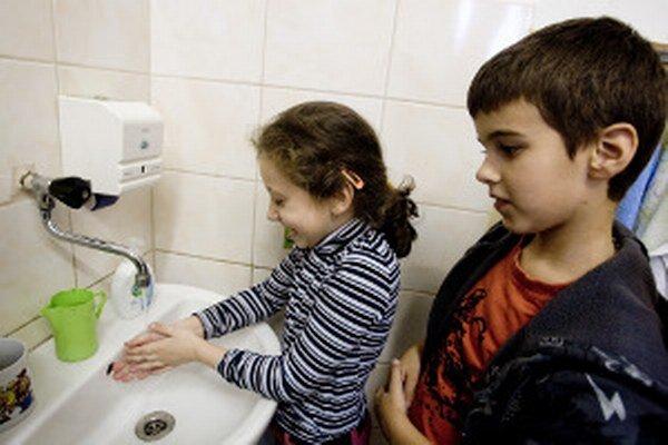 Žiaci si musia pravidelne umývať ruky.